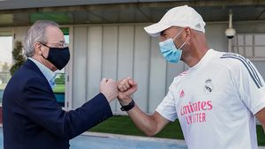 Florentino Pérez saluda a Zinedine Zidane
