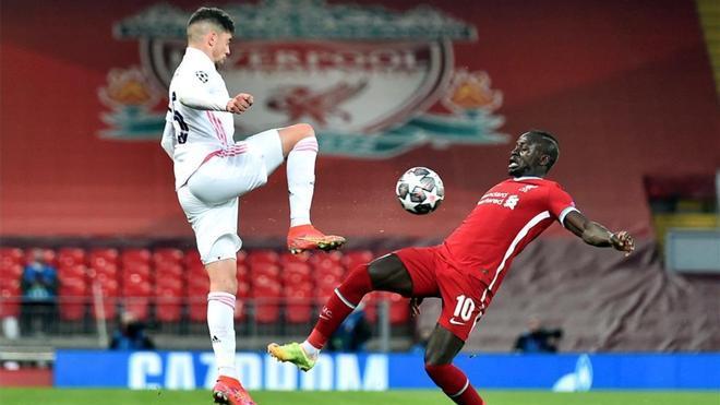 Valverde disputa un baló con Mané en el Liverpool - Real Madrid