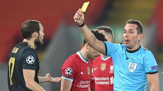 El árbitro alemán Tobias Stieler durante el partido de fútbol del grupo D de la Liga de Campeones de la UEFA entre Liverpool FC y Ajax Amsterdam en Liverpool