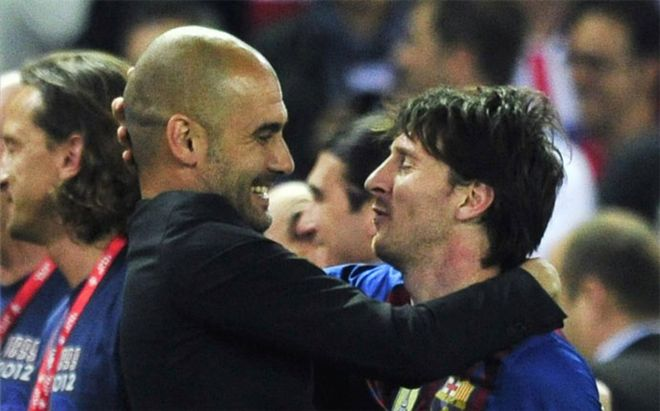 Guardiola y Messi se abrazan