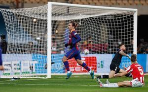 Antoine Griezmann celebra tras marcar un gol durante la final de la Supercopa de España disputada entre FC Barcelona y Athletic de Bilbao en el estadio de la Cartuja de Sevilla.
