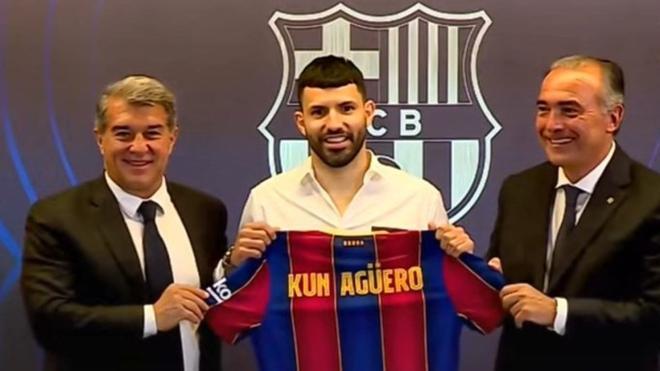 Así ha firmado Agüero su contrato con el FC Barcelnona