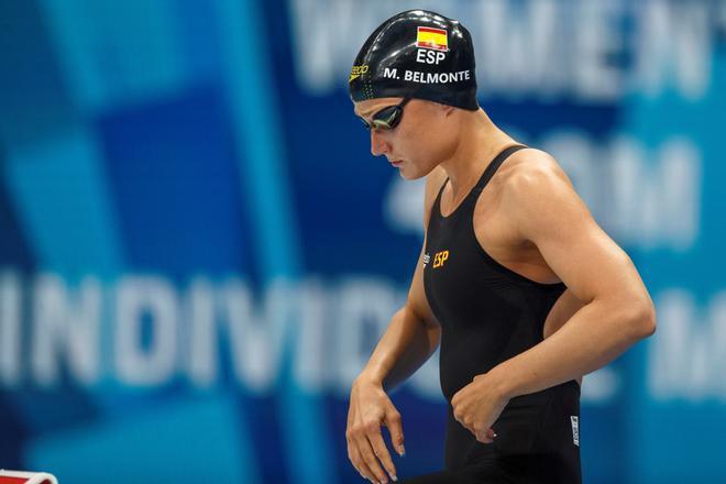 La nadadora española Mireia Belmonte se prepara antes de una prueba