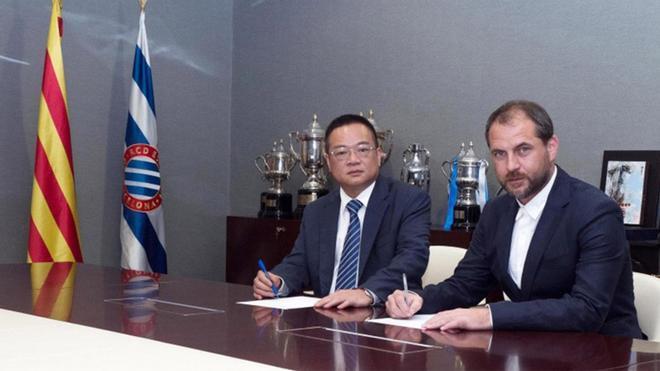 Perarnau, estampando su firma junto a Chen Yansheng
