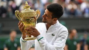 Djokovic junto al trofeo de Wimbledon