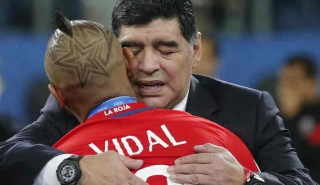 Maradona consoló a Arturo Vidal