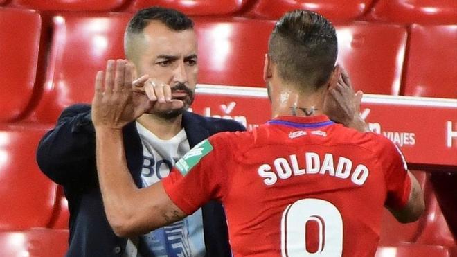 Diego Martínez saluda a Soldado tras el último duelo de la fase previa