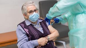 Las comunidades autónomas empiezan a administrar la segunda dosis de la vacuna de Pfizer