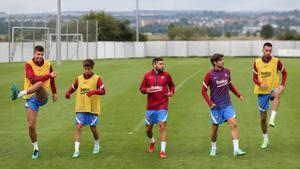 Los capitanes del Barça y Riqui Puig entrenando
