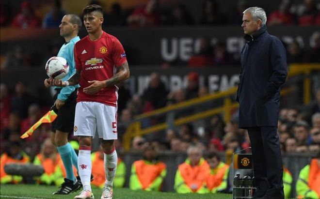 Marcos Rojo está entre los defensas que no convencen a Mourinho.