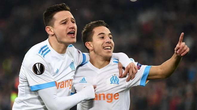 Maxime López (derecha) celebra un gol del OM junto a Thauvin