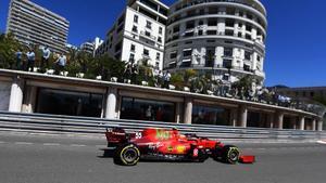 Carlos Sainz, al volante del Ferrari  en el circuito de Mónaco