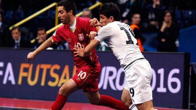 Douglas (con camiseta blanca) no jugará en el Barça