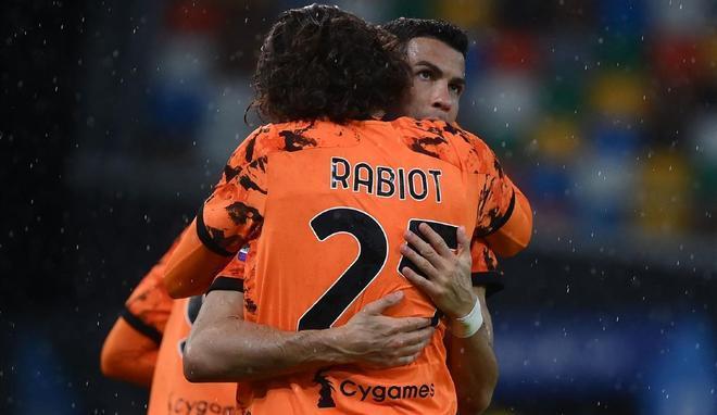 Adrien Rabiot abraza a Cristiano Ronaldo