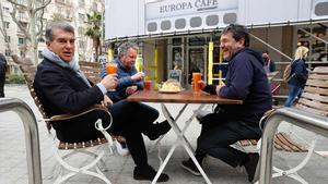 Laporta disfruta de la jornada de reflexión con un paseo por Barcelona