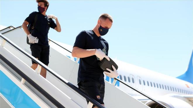 Riqui Puig y Marc-André Ter Stegen, bajando del avión durante un desplazamiento del Barcelona.