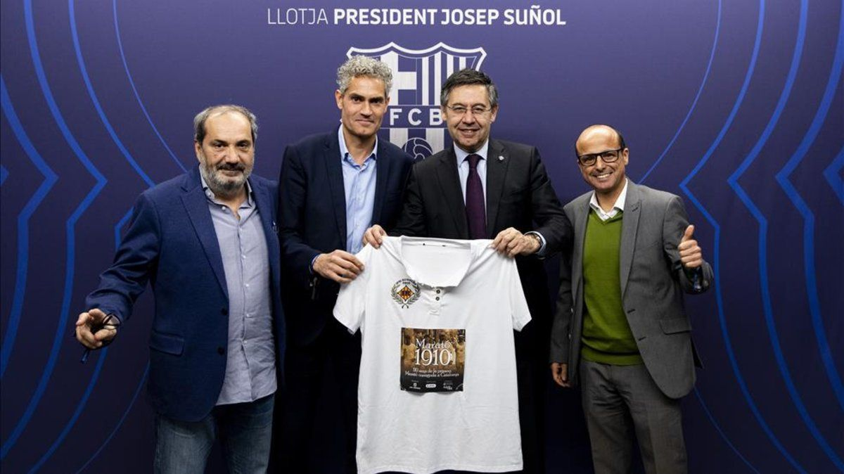 El presidente del FC Barcelona, Josep Maria Bartomeu, con Ferran Llopart, Jordi Monge y David Griera, de IPSI Runners