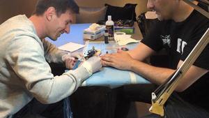 Messi le hizo un tatuaje a su tatuador oficial