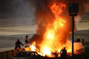 Los bomberos apagaron un incendio en el coche del piloto francés de Haas F1, Romain Grosjean, durante el Gran Premio de Fórmula Uno de Bahréin en el Circuito Internacional de Bahréin en la ciudad de Sakhir.
