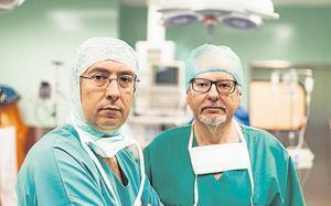 Los doctores Ayats y Oliver, antes de iniciar una intervención
