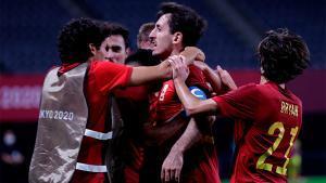 Oyarzabal celebra con sus compañeros el tanto de la victoria de España