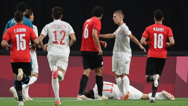 Dani Olmo y Eric Garcia, durante el partido contra Egipto