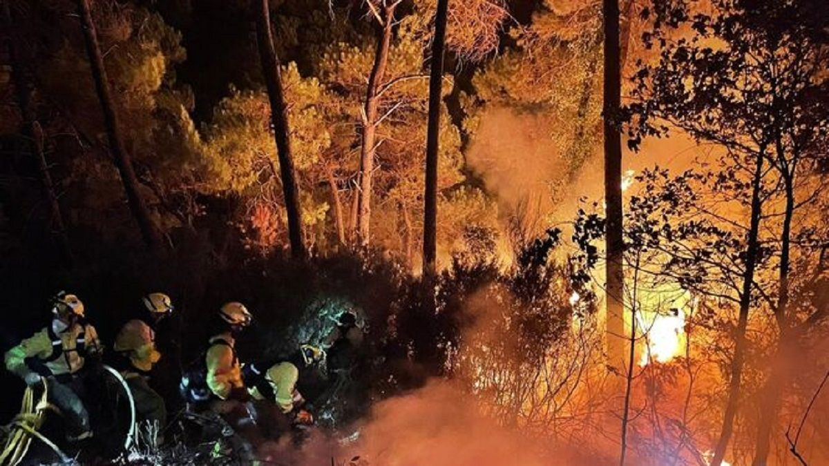 El incendio de Sierra Berbemeja tardará semanas en ser extinguido