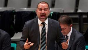 Carles Duran da instrucciones durante una acción del partido