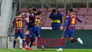 Ousmane Dembelé celebra con sus compañeros su gol en el partido de LaLiga entre el FC Barcelona y el Valladolid disputado en el Camp Nou.