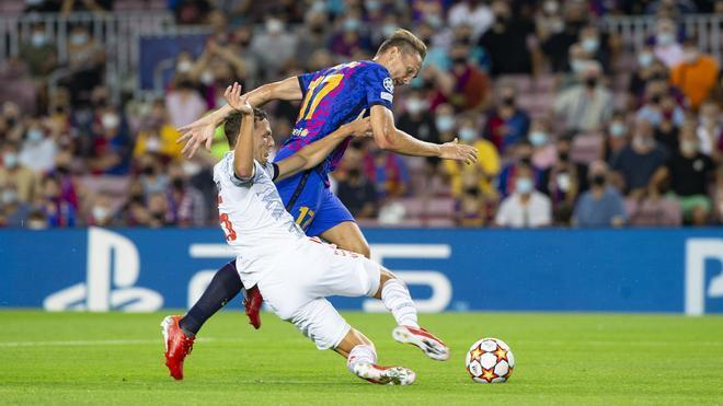 Luuk De Jong disputa el balón con Joshua Kimmich durante el Barça-Bayern de la Champions 2021/22