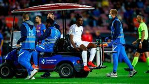 Eteki enfadó al Camp Nou: al suelo por lesión, es atendido en la banda, entra de nuevo al campo y al final sale la camilla