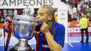Leo Santana, feliz como un niño con la Copa del Rey en sus manos