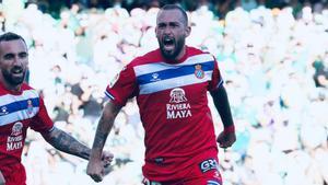 Aleix Vidal celebra su tanto frente al Betis