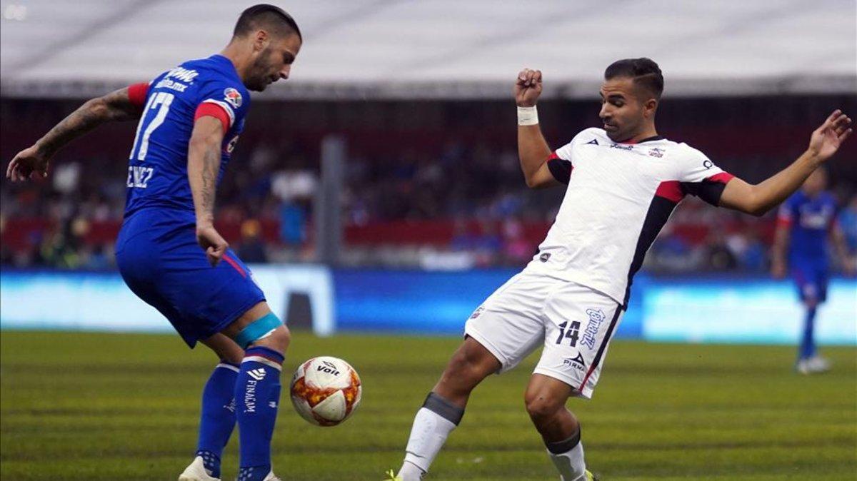 Édgar Méndez gana el balón bajo unas pésimas conidciones del pasto en el estadio Azteca