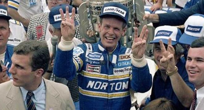 Bobby Unser, durante un homenaje en el circuito de las 500 Millas.