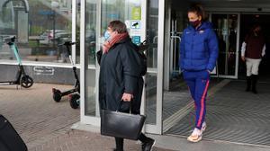 Así ha salido Alexia del hotel del Barça. ¿Llegará al partido de esta noche?