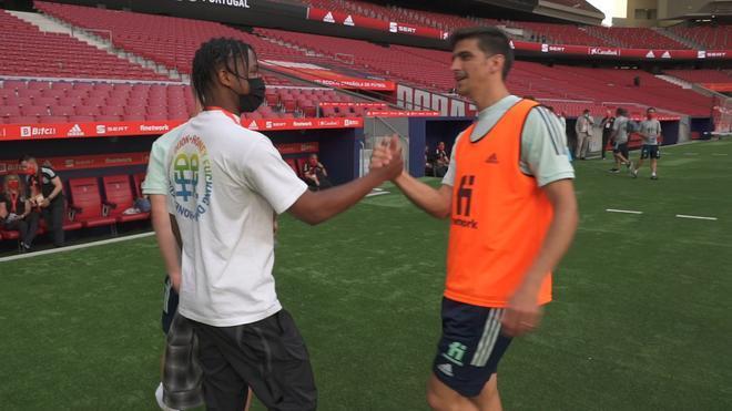 Ansu Fati saluda a La Roja durante un entrenamiento en el Wanda