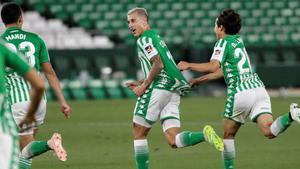 Cristian Tello, felicitado por sus compañeros tras marcar el segundo gol del Betis