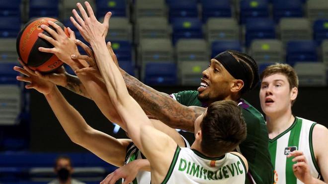 Malcolm Thomas lucha por el balón con Dimitrijevic y con Parra