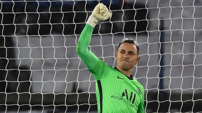 Keylor Navas celebró con el puño en alto su parada en el penalti de Messi