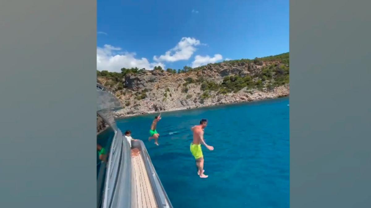 ¡Al agua patos! Messi sigue en Ibiza junto a su familia a la espera de firmar su renovación