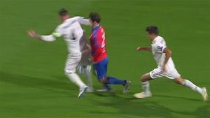 ¡Otra vez impune! Ramos se libró de la roja tras este codazo voluntario