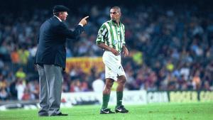 Griguol da órdenes a Denilson en un partido en el Camp Nou