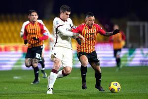 Mancini disputa un balón con Lapadula durante la visita de la Roma al Benevento