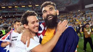 Jedinak, a la derecha, se abraza con Kruse tras el partido contra Honduras