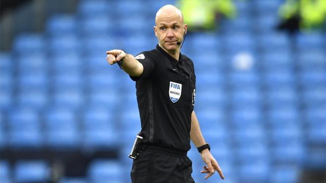Anthony Taylor, durante un partido de la Premier League.