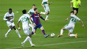 Leo Messi, en la jugada con la que marcó ante el Elche