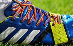 Cordones arcoiris para pelear contra la discriminación