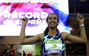 María Vicente celebra la primera medalla de oro e los Campeonatos de España de atletismo en pista cubierta