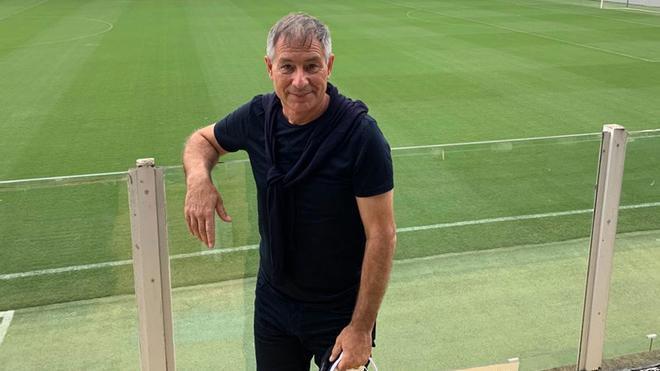Ariel Holan en el estadio de la Vila Belmiro en Santos